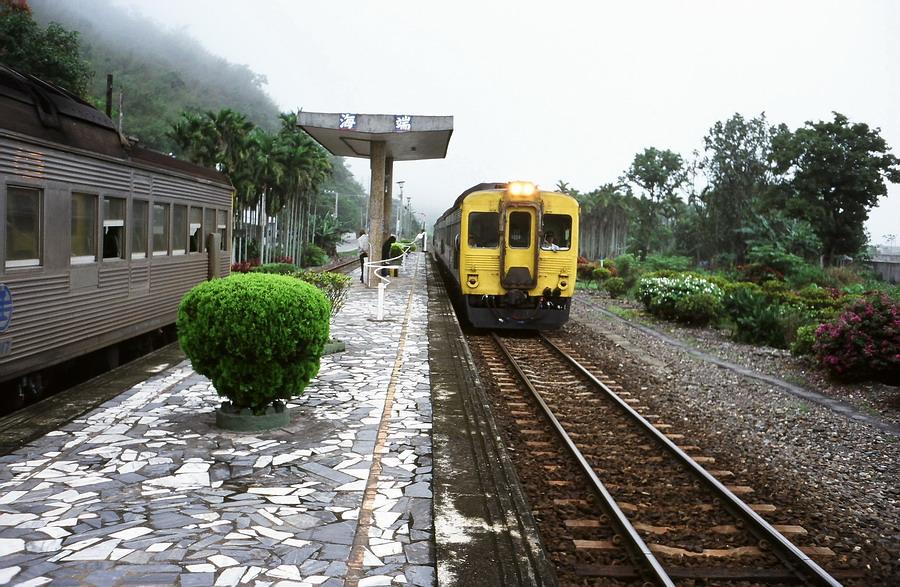 冬季晨霧中交會於舊海端車站月台的台鐵花東線柴油快車