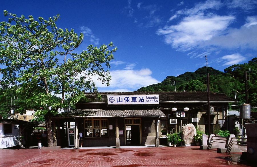 2005年夏天颱風過後剛放晴的臺鐵山佳車站