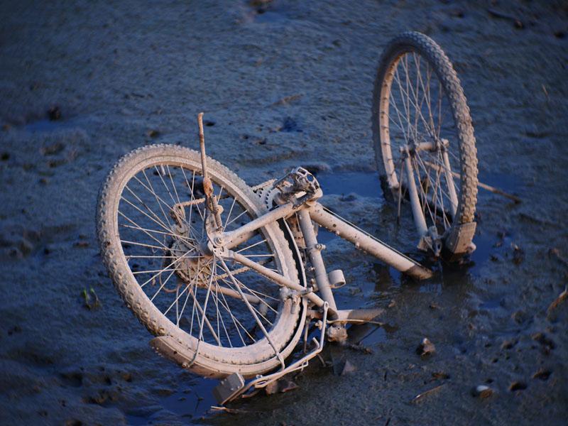 半埋在泥中的腳踏車