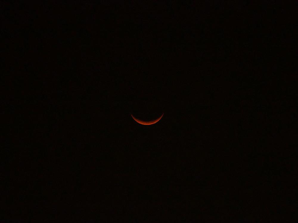即將西沉的紅色娥眉月 (2015年1月23日)