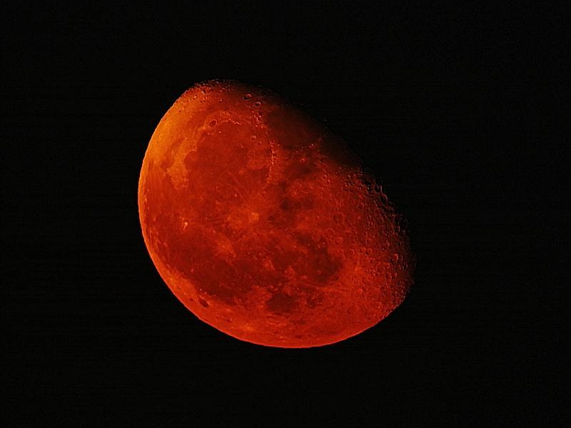 The moon 2017 08 12 21:54 攝於新北市鶯歌區三鶯藝術村土丘