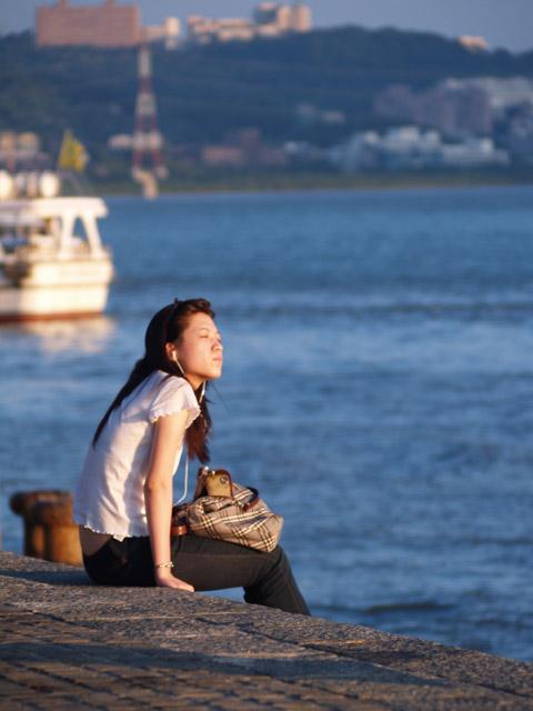 看夕陽的女子-淡水河畔